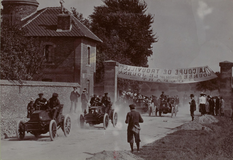 Antony_en_tête_devant_Levegh_au_départ_du_Paris-Trouville_1899_et_vainqueur_sur_Mors