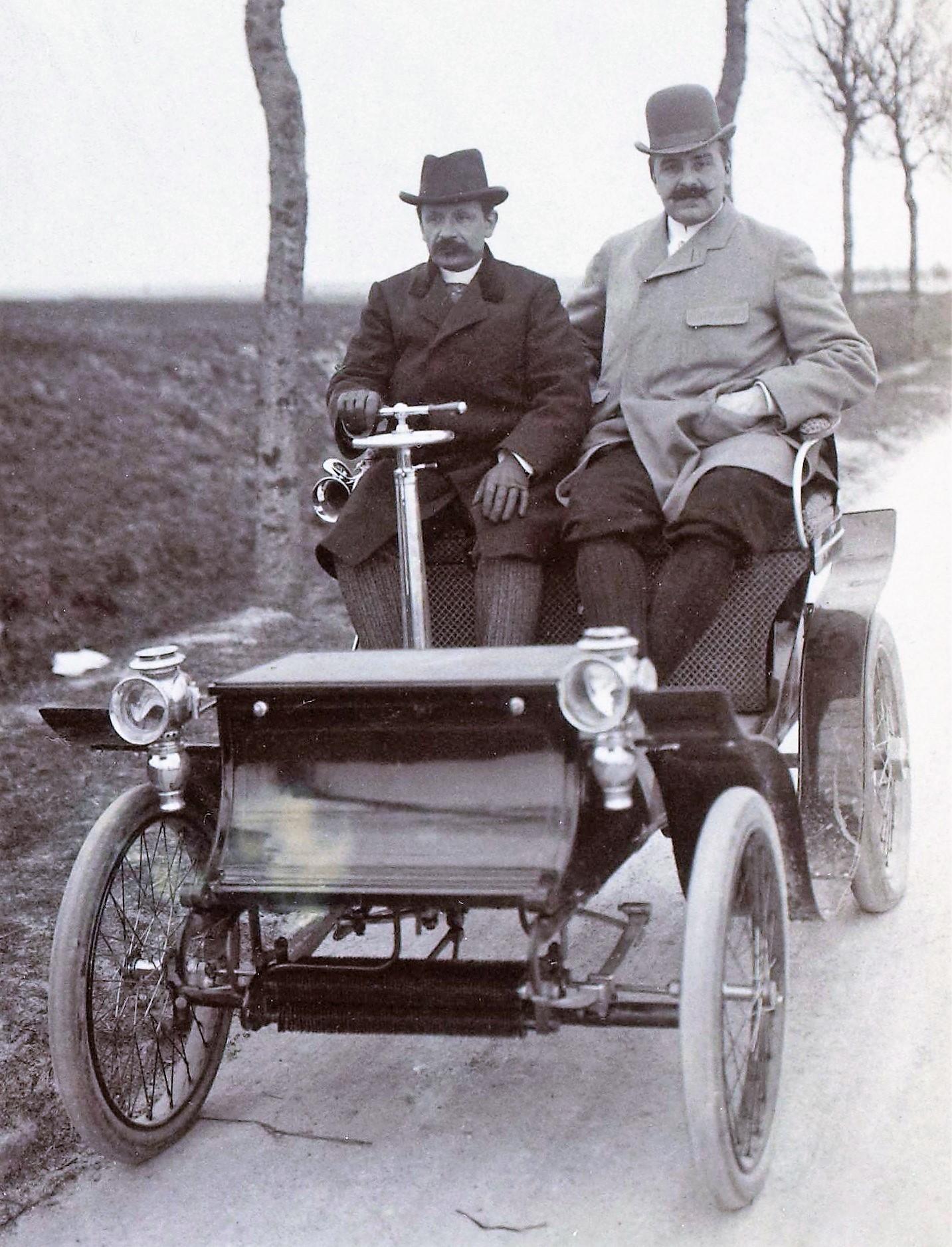 Georges_Bouton_et_Jules-Albert_de_Dion_au_Critérium_des_Motocycles_de_1899