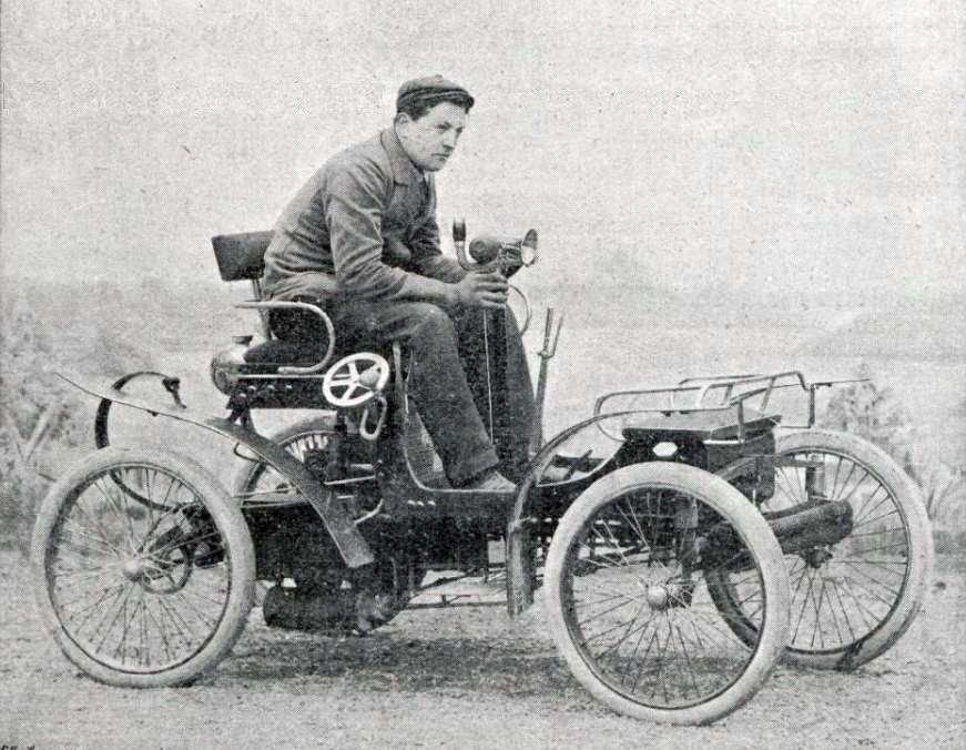 Léon_Théry_en_1900_sur_voiturette_Decauville