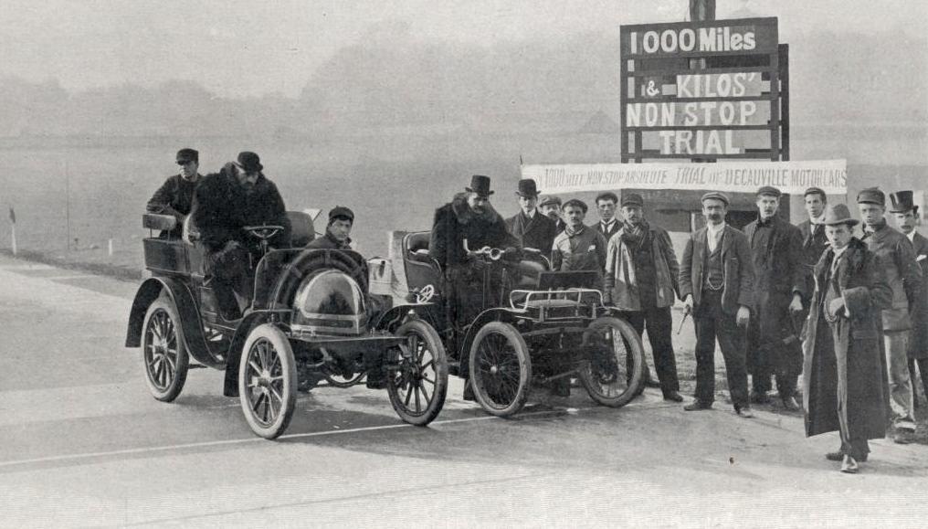 Les_deux_Decauville_5hp_au_départ_des_One_Thousand_Miles_de_Londres_sur_la_piste_de_Crystal-Palace_en_avril_1900