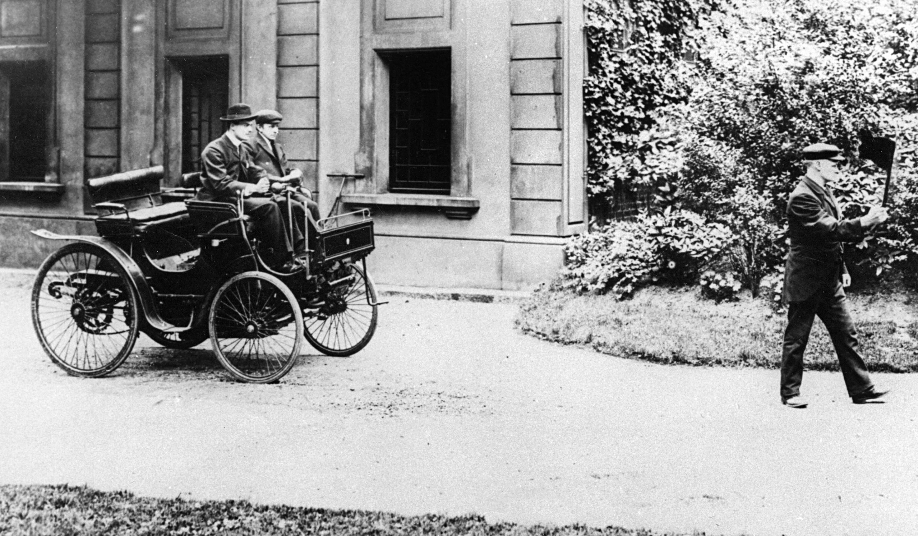 Charles_Rolls_driving_a_Peugeot_1896