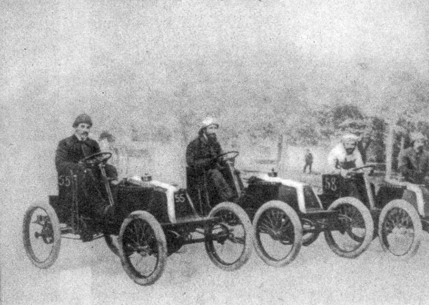 Louis_G._et_Marcel_centre_Renault_au_départ_de_Paris-Bordeaux_1901_à_D._Oury_aussi_sur_Renault