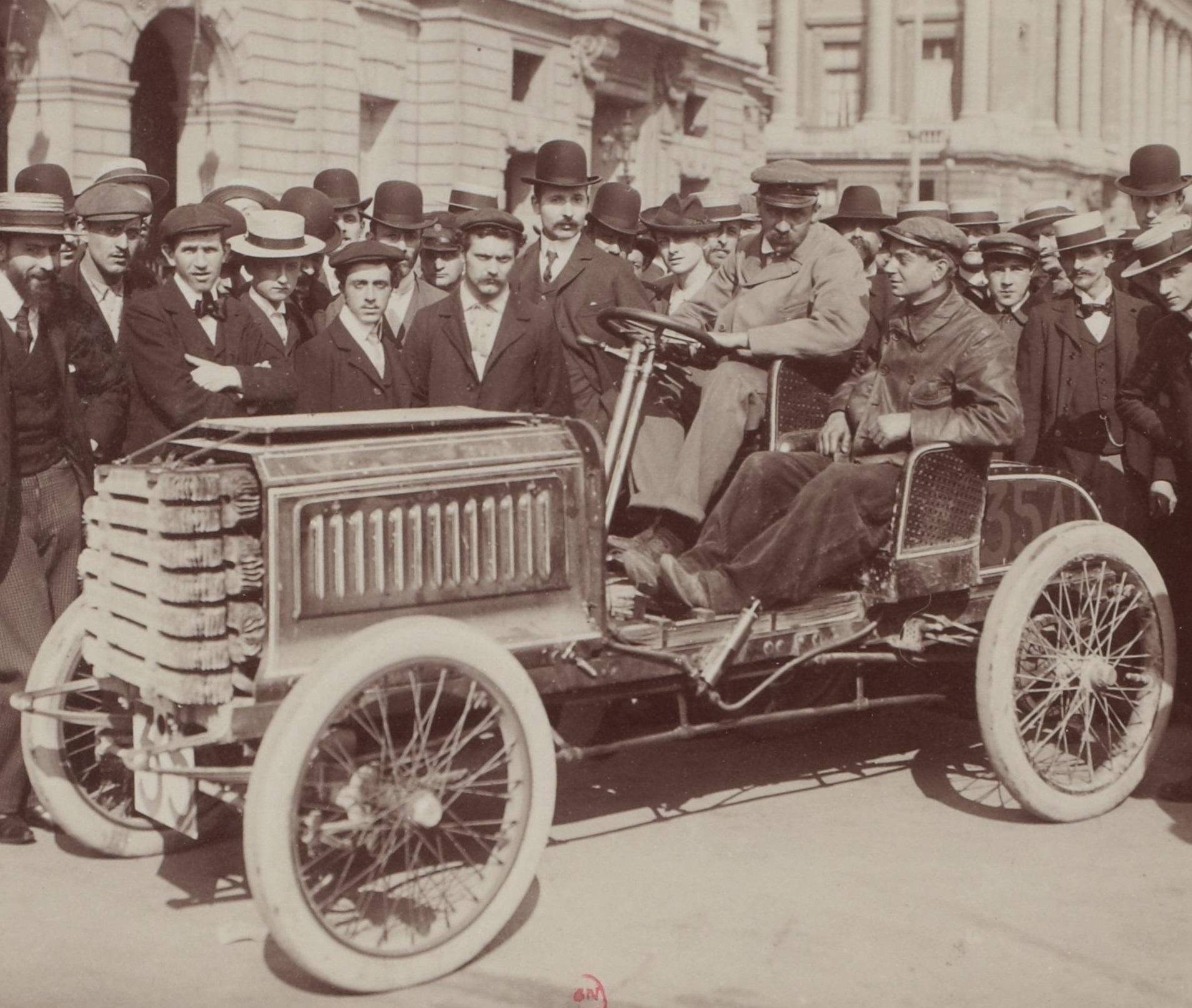 Paul_Baras_au_départ_sur_Darracq_sixième_du_Paris-Vienne_1902